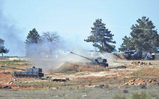 Μονάδες του τουρκικού πυροβολικού κοντά στο Κιλίς, στα σύνορα με τη Συρία, βάλλουν κατά Κούρδων ανταρτών.