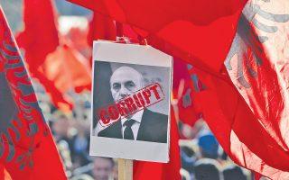«Διεφθαρμένος» αναγράφεται πάνω στο πορτρέτο του πρωθυπουργού του Κοσόβου Ισα Μουσταφά, στη διάρκεια διαμαρτυρίας της αντιπολίτευσης στην Πρίστινα.