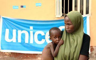 Υποσιτισμένο παιδί, που είχε αιχμαλωτισθεί με την οικογένειά του από την Μπόκο Χαράμ, διασώθηκε από Νιγηριανούς στρατιώτες το 2015.