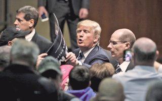 Υποστηρικτές του χαιρετά ο Ντόναλντ Τραμπ, μετά την ομιλία του, στο Μπιούφορτ της Νότιας Καρολίνας.