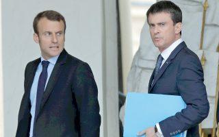 Ο υπουργός Οικονομικών, Εμανουέλ Μακρόν, και ο πρωθυπουργός Μανουέλ Βαλς εξέρχονται του Μεγάρου των Ηλυσίων, τον Ιούνιο του 2015.