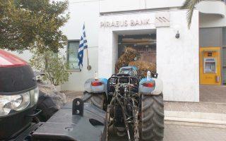 Αγρότες απέκλεισαν με τρακτέρ, σε ένδειξη διαμαρτυρίας, την Τράπεζα Πειραιώς στη Σκάλα Λακωνίας.