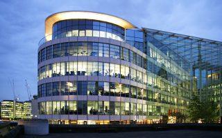 Το ιστορικό ξενοδοχείο Γουόλντορφ Αστόρια της Νέας Υόρκης αποκτήθηκε από την κινεζική Anbang Insurance αντί ποσού 1,6 δισ. ευρώ, ενώ η Ping Ang απέκτησε το ακίνητα Tower Place (φωτ.) στο Λονδίνο αντί τιμήματος 470 εκατ. ευρώ.