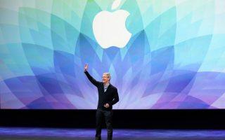 Διαστάσεις που αφορούν ακόμη και τα πολιτικά δικαιώματα έχει λάβει η διένεξη μεταξύ του FBI και της Apple, με αφορμή την άρνηση του προέδρου της εταιρείας, Τιμ Κουκ, να συμμορφωθεί με ένταλμα για την παραβίαση iPhone, που ανήκε σε δράστη μακελειού.
