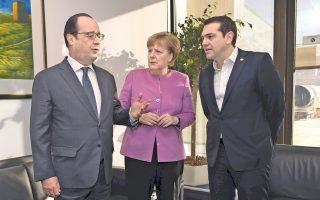 Ο Ελληνας πρωθυπουργός Αλέξης Τσίπρας με τη Γερμανίδα καγκελάριο Αγκελα Μέρκελ και τον Γάλλο πρόεδρο Φρανσουά Ολάντ, κατά τη χθεσινή τους συνάντηση στο περιθώριο της Συνόδου Κορυφής της Ε.Ε., στις Βρυξέλλες.