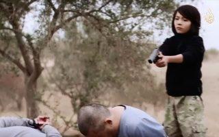 Ο 13χρονος Αμπντουλάχ από το Καζαχστάν την ώρα που εκτελεί Ρώσους πράκτορες, αιχμαλώτους του Ι.Κ., σε βίντεο προπαγάνδας από το 2014.