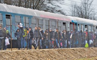 Πρόσφυγες στα σύνορα Σλοβενίας-Αυστρίας στις αρχές της εβδομάδας. Η Αυστρία ανακοίνωσε χθες ότι θα επιβάλει συμπληρωματικούς περιορισμούς στις αφίξεις.