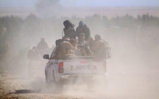 Κούρδοι μαχητές κατευθύνονται προς το Αλ Σαντάντι της επαρχίας Χασάκα, στη βορειοανατολική Συρία.