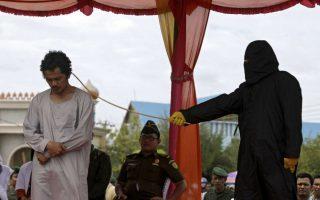 Την άτιμη την τύχη μου!!! Η περιοχή Aceh της Ινδονησίας είναι η μόνη που εφαμόζει την σαρία και μάλιστα με δημόσιο μαστίγωμα για τους παραβάτες. Έτσι 32 άτυχοι Ινδονήσιοι δέχθηκαν στο πετσί τους τις βουρδουλιές ως τιμωρία που θέλησαν να δοκιμάσουν την τύχη τους στον τζόγο. EPA/HOTLI SIMANJUNTAK