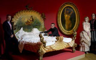 Οι πόρνες στο Μουσείο. Με ένα εντυπωσιακό κρεβάτι διακοσμημένο με έρωτες και αναστατωμένα σεντόνια υποδέχθηκαν ο διευθυντής του μουσείου  Βαν Γκογκ, Axel Ruger  και τα μοντέλα ντυμένα με ρούχα εποχής, τους δημοσιογράφους. Το κρεβάτι ανήκε σε μια Γαλλίδα εταίρα και αποτελεί την ιδανική αφορμή για την εισαγωγή της επόμενης έκθεσης του μουσείου με τίτλο «Easy Virtue». Στην έκθεση που  θα διαρκέσει μέχρι τις 19 Ιουνίου του 2016, οι επισκέπτες θα έχουν την δυνατότητα να δουν την πορνεία μέσα από τα μάτια διάσημων ζωγράφων όπως οι Vincent van Gogh, Edgar Degas, Toulouse- Lautrec και Pablo Picasso. (AP Photo/Peter Dejong)