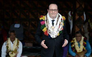 Στολίζοντας τον ηγέτη.  Με όλες τις γιρλάντες στόλισαν τον Πρόεδρο Holland οι τελετάρχες στα νησιά Wallis και Futuna, υπερπόντιες κτήσεις της Γαλλίας. Για ανταπόδοση  ο Πρόεδρος εκφώνησε λόγο για την περίσταση στην διάρκεια της διήμερης επίσκεψής του.  AFP / STEPHANE DE SAKUTIN