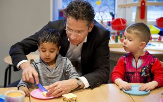 Βούτυρο στο ψωμί του. Μπορεί σε ότι αφορά εμάς το βούτυρο να είναι η μόνιμη γκρίνια για τα οικονομικά, όταν όμως συμμετείχε στο Εθνικό Πρόγραμμα ανάγνωσης στην Ολλανδία, ο κ.Ντάισελμπλουμ όχι μόνο διάβασε παραμύθι στα παιδιά του παιδικού σταθμού της Χάγης, αλλά βοήθησε και τους μικρούς μαθητές με το πρωινό τους στο οποίο συμμετείχε. EPA/OLAF KRAAK
