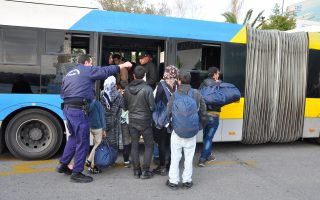 Τα τελευταία λεωφορεία που χρησιμοποιήθηκαν για τη μεταφορά των προσφύγων αναχώρησαν από το λιμάνι στις 5 το απόγευμα.