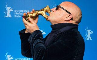 Ο Ιταλός σκηνοθέτης  Τζ. Ρόζι με τη Χρυσή Aρκτο.