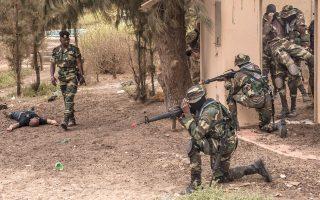 Μέλη των ειδικών αντιτρομοκρατικών δυνάμεων της Σενεγάλης κατά τη διάρκεια άσκησης, με στόχο τη διάσωση τραυματία συναδέλφου τους.