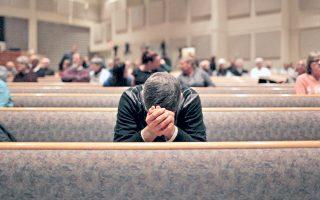 Συντετριμμένος από τις φονικές επιθέσεις, κάτοικος της κομητείας Καλαμαζού στο Μίσιγκαν προσεύχεται κατά τη διάρκεια ομαδικής προσευχής που οργανώθηκε στη μνήμη των αθώων θυμάτων.