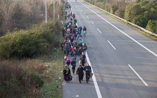 Φάλαγγα μεταναστών και προσφύγων οδεύει προς τα σύνορα με την ΠΓΔΜ, κοντά στην Ειδομένη.