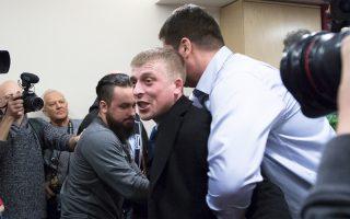 Φρουροί απομακρύνουν  άνδρα ο οποίος κατηγορούσε τον Γιασίν ως πράκτορα των ΗΠΑ, στην παρουσίαση της έκθεσής του.