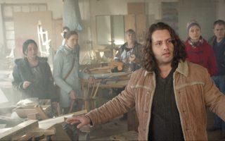 Ο Ελληνογερμανός Αδάμ Μπουσδούκος πρωταγωνιστεί στο «Δώρο των θεών», μια ανάλαφρη όσο και ανθρώπινη κωμωδία με στοχευμένες κοινωνικές αναφορές.