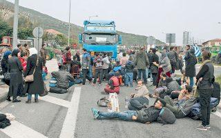 Πρόσφυγες και μετανάστες, στο μπλόκο των αγροτών στα Τέμπη, διαμαρτύρονται ζητώντας να ανοίξουν τα σύνορα, ώστε να συνεχίσουν το ταξίδι προς την Κεντρική Ευρώπη. Κατά μήκος της εθνικής οδού Αθηνών - Θεσσαλονίκης βρίσκονται «εγκλωβισμένοι» 5.000 πρόσφυγες, καθώς η αστυνομία προσπαθεί να καθυστερήσει την άφιξή τους στην Ειδομένη.
