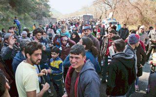 Στα Τέμπη, χθες, πρόσφυγες εξαντλημένοι από την πολύωρη αναμονή έσπασαν τον αστυνομικό κλοιό και ξεκίνησαν, κρατώντας την ελληνική σημαία, να φτάσουν στην Ειδομένη με τα πόδια. Παιδιά, γυναίκες με μωρά στην αγκαλιά περπατούσαν δίπλα στις νταλίκες, ώσπου έφτασαν λεωφορεία και τους παρέλαβαν.