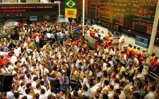 Η υποβάθμιση αναμένεται να εντείνει τις πιέσεις στο νόμισμα της Βραζιλίας, το ρεάλ, και να εξωθήσει τους επενδυτές να εγκαταλείψουν μια οικονομία που μόλις πριν από τέσσερα χρόνια παρουσίαζε ρυθμούς ετήσιας ανάπτυξης της τάξης του 4%.