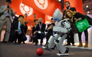 Το ρομπότ «Robotis OP2» κλωτσάει μια μπάλα, την τελευταία μέρα του Mobile World Congress στη Βαρκελώνη.