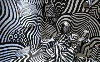 Μια ζαλάδα. Η καλλιτέχνις Feebee ποζάρει στο δωμάτιο-έργο της Γιαπωνέζας ζωγράφου Shigeki Matsuyama, «Dassle Room» στο πλαίσιο της Rooms 32. H έκθεση που από το 2000 και κάθε δύο χρόνια παρουσιάζει  ό,τι καινούργιο από τις τέχνες και το design, άνοιξε πάλι για το κοινό με 500 εκθέτες και τουλάχιστον 20.000 επισκέπτες. (AP Photo/Shuji Kajiya