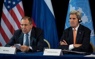 Ο Ρώσος υπουργός Εξωτερικών Σεργκέι Λαβρόφ (αριστερά), ο Αμερικανός ομόλογός του Τζον Κέρι (δεξιά) ανακοινώνουν την επίτευξη συμφωνίας για τερματισμό των εχθροπραξιών εντός μιας εβδομάδας, στο Μόναχο.