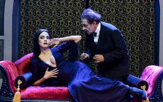 Ο Αντώνης Καφετζόπουλος και η Μαρία Σολωμού στην «Οικογένεια Ανταμς» στο θέατρο Βέμπο, «μια τρελή μαύρη κωμωδία όπου μέσα από τα σκοτεινά στοιχεία συναντάς τη χαρά», όπως λέει η σκηνοθέτις της παράστασης Θέμις Μαρσέλλου.