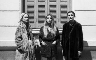 """Οι «Τρεις αδερφές» του Τσέχωφ: Λένα Παπαληγούρα («Συχνά στις πρόβες αισθάνομαι ότι το έργο μιλάει για μας»), Ιωάννα Παππά («Εμμεσα θα μπορούσαμε να πούμε ότι η εποχή μάς άφησε πίσω»), Αλεξάνδρα Αϊδίνη («Εχω βιώσει δραματικά, αυτό το """"αύριο φεύγουμε"""", """"μετακομίζω""""»)."""