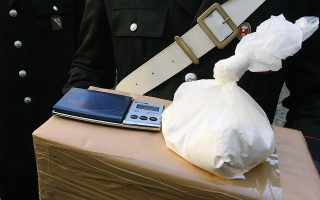 Italian carabinieri shows 800g of cocaine after Italian Police conduct a raid in the southern Italian city of Naples, 12 december 2006. Naples police arrested more than 60 people across the country, suspected of criminal association linked to international drug trafficking.the investigations are the result of colaboration with the judicial and Police authorities of Spain, of France, of Germany, of Ecuador and of Colombia. AFP PHOTO / MARIO LAPORTA