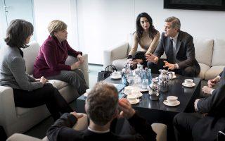 Ο Αμερικανός ηθοποιός Τζορτζ Κλούνεϊ και η σύζυγός του, Βρετανίδα δικηγόρος ανθρωπίνων δικαιωμάτων, Αμάλ Κλούνεϊ, έγιναν χθες δεκτοί από την Αγκελα Μέρκελ στο Βερολίνο, προκειμένου να συζητήσουν για την προσφυγική κρίση.