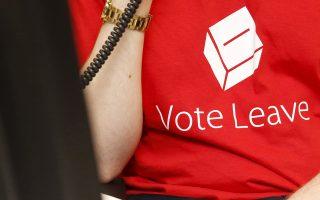 Οι Βρετανοί «αρνητές» της Ε.Ε. φορούν μπλουζάκια προτρέποντας τους συμπατριώτες τους να ψηφίσουν και να αποχωρήσουν άμεσα από την Ενωση.