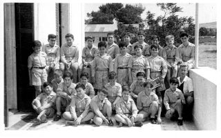 Οι πρώτοι μαθητές στο Εθνικό Εκπαιδευτήριο Αναβρύτων που λειτούργησε για πρώτη φορά το σχολικό έτος 1949-50 με τον διάδοχο, τότε, Κωνσταντίνο, στις τάξεις του.