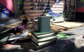 Παλαιά βιβλία προς πώληση από άστεγο επί της Σταδίου. Τα ηθικά και πολιτικά διλήμματα στον αγώνα κατά των ανισοτήτων αναδεικνύει με εξαιρετικό τρόπο ο Jean-Fabien Spitz.