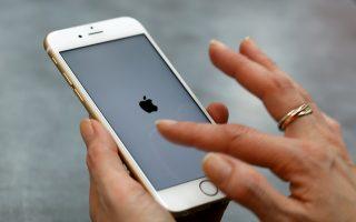 Η Apple έχασε την πρωτοκαθεδρία μετά τέσσερα χρόνια, έχοντας ανακοινώσει το τελευταίο τρίμηνο του 2015 επιβράδυνση στην αύξηση πωλήσεων στα εμβληματικά της iPhone.