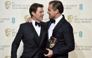 Ο Τομ Κρουζ, επίσημος προσκεκλημένος της Βρετανικής Ακαδημίας Κινηματογράφου, απαθανατίζεται με τον Λεονάρντο ντι Κάπριο, έναν από τους νικητές της βραδιάς.