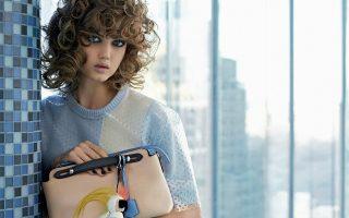 to-fashion-trend-tis-anoixis-15-monternes-mini-bags-gia-oles-tis-ores0