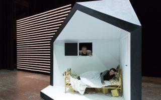 Η πρωταγωνίστρια της Λυρικής Σκηνής, υψίφωνος Βασιλική Καραγιάννη στον ρόλο της Ροζίνας και ο Δημήτρης Κασιούμης στον ρόλο του Ντον Μπάρτολο, σε σκηνή από το νέο ανέβασμα της όπερας του Ροσίνι «Ο κουρέας της Σεβίλλης», που κάνει πρεμιέρα στις 13 Φεβρουαρίου στο Θέατρο «Ολύμπια». Τα σκηνικά είναι του Νίκολας Μπόουβι.
