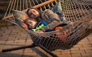 Η Μπρι Λάρσον είναι υποψήφια για Οσκαρ Α΄ γυναικείου ρόλου. Στο στιγμιότυπο απεικονίζεται και ο μικρός Τζέικομπ Τρέμπλεϊ.