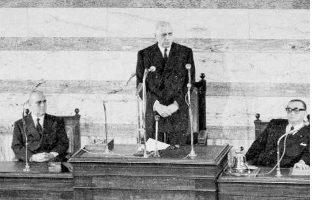 Ο πρόεδρος Ντε Γκωλ εκφωνεί ομιλία στη Βουλή των Ελλήνων. Η επίσκεψη στην Ελλάδα, μία από τις μόλις τέσσερις που πραγματοποίησε ο Ντε Γκωλ σε κράτη της δυτικής Ευρώπης κατά τη διάρκεια της προεδρίας του, καταδείκνυε τη σημασία που απέδιδε στη χώρα μας.