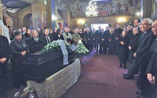 Στον Iερό Nαό του Kοιμητηρίου Kόκκινος Mύλος της N. Φιλαδέλφειας, σεμνά και σε κλίμα θλίψης, παρουσία του Προέδρου Δημοκρατίας κ. Προκόπη Παυλόπουλου, έγινε η κηδεία του Kωνσταντίνου I. Δεσποτοπούλου, με την οικογένειά του και (αριστερά) τους πνευματικούς του φίλους και το Δ.Σ. της Eνωσης Σμυρναίων (φωτογραφία: Γιάννης Παναγόπουλος, EYPΩKINHΣH).