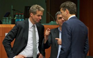 Η πρόταση Τόμσεν για δημοσιονομικό κενό 8-9 δισ. ευρώ έως το 2018 αμφισβητείται από την ελληνική κυβέρνηση. Σε πολιτικό επίπεδο, Ευρωπαίοι αξιωματούχοι τονίζουν ότι η Ελλάδα θα πρέπει να πάρει δύσκολες αποφάσεις, ενώ ο Γερούν Ντάισελμπλουμ έκανε σαφή αναφορά σε περικοπές υφιστάμενων συντάξεων.