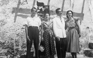 Η Καίτη Δρόσου  (δεύτερη από αριστερά), πλάι στον Γ. Ρίτσο. Δίπλα τους Τάσος και Μιράντα Φιλιακού, φίλοι και συγκάτοικοι του ποιητή. Μονεμβασιά, 1954.