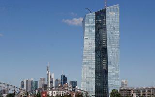 «H EKT διαθέτει ακόμα πολλά εργαλεία νομισματικής πολιτικής και, αν χρειαστεί, δεν θα διστάσει να τα χρησιμοποιήσει», τόνισε χθες ο πρόεδρος της Ευρωτράπεζας Μάριο Ντράγκι. Στη φωτογραφία, ο πύργος που φιλοξενεί την έδρα της ΕΚΤ στη Φρανκφούρτη.