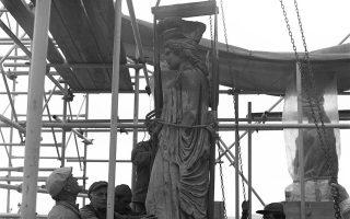Η καταβίβαση της τρίτης Καρυάτιδος από το Ερέχθειο στις φωτογραφίες του 1979 που είναι διαθέσιμες στο ψηφιακό αποθετήριο.