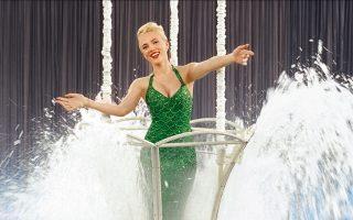 H Σκάρλετ Γιόχανσον στο «Hail, Caesar!» σε ένα ρόλο που παραπέμπει στην ηθοποιό και κολυμβήτρια Εστερ Γουίλιαμς.