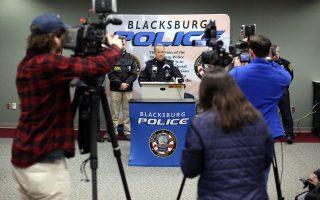 Στιγμιότυπο από την πρώτη συνέντευξη Τύπου της αστυνομίας στο Μπλάκσμπουργκ της Βιρτζίνια μετά τη δολοφονία της 13χρονης Νικόλ Μάντισον Λόβελ.