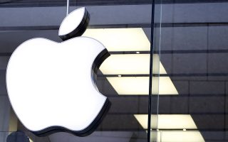 An Apple logo is seen at the Apple store in Munich, Germany, in this January 27, 2016 file photo.  Apple Inc Chief Executive Tim Cook said his company opposed a demand from a U.S. judge to help the FBI break into an iPhone recovered from one of the San Bernardino shooters. Cook said that the demand threatened the security of Apple's customers and had